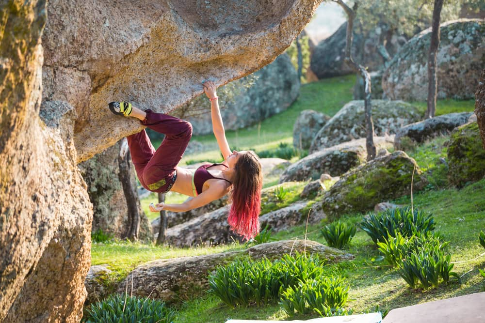 Vežbanje u prirodi devojka na drvetu